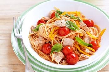 Tuna va pomidor bilan spagetti